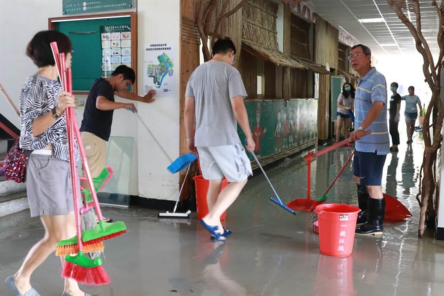 中華醫大全體教職員工14日總動員到校進行災後清理,半天內迅速完成校園清理及復原。(曹婷婷攝)