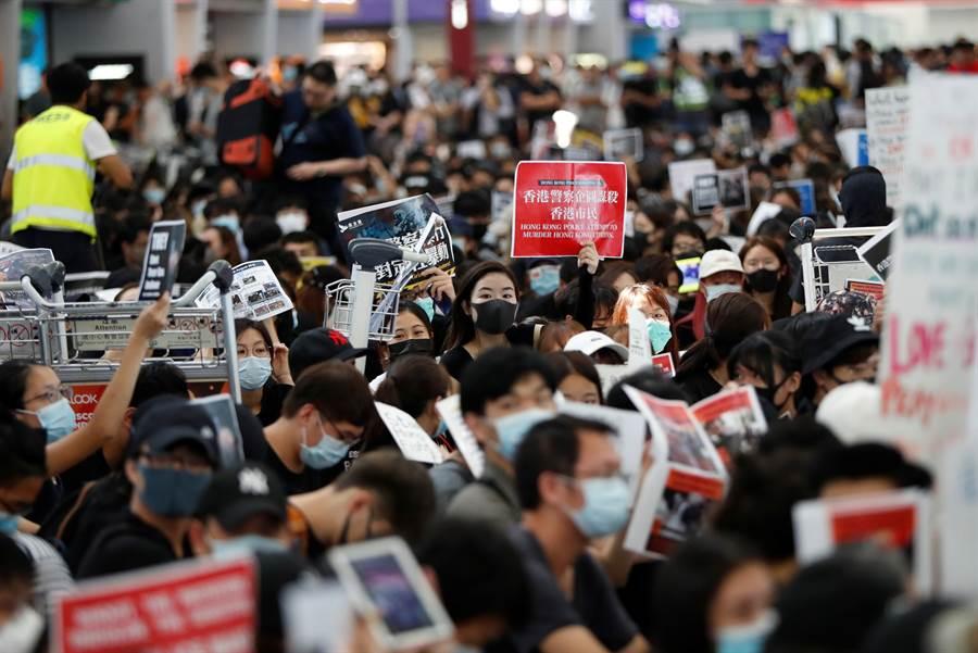 連日來香港機場被示威抗議群眾阻塞,已有數百國際航班被取消,群眾與警方對立情緒升高。(圖/美聯社)