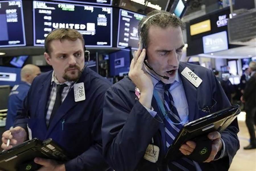 美股開盤重挫近400點。(圖/美聯社)