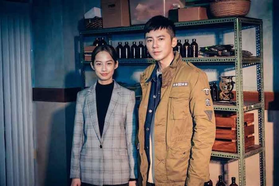 簡嫚書(左)飾演法醫,搭檔李國毅。