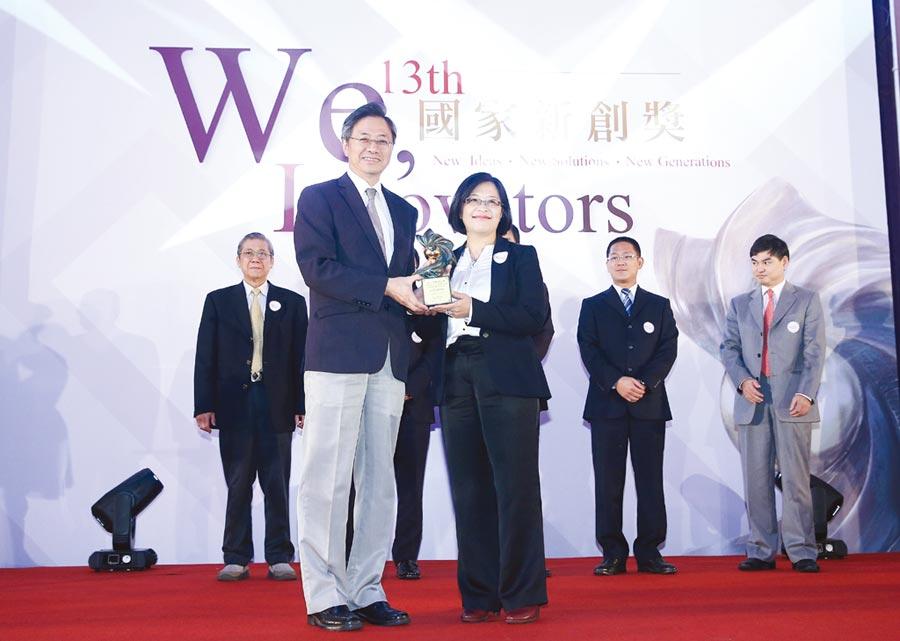 中化健康生技於2017年獲得第13屆國家新創獎殊榮,由總經理陳小玲博士(前排右)代表受獎。圖/中化健康生技提供