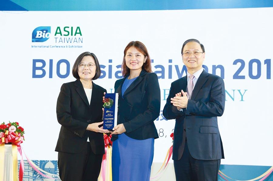安克生醫獲蔡英文總統頒發產業創新獎,李伊俐總經理(中)代表領獎。圖/安克生醫提供