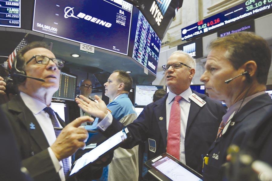貿易戰對美國企業獲利影響大,法人建議,不妨以美股、美高收、美可轉債混搭來接招。圖/美聯社
