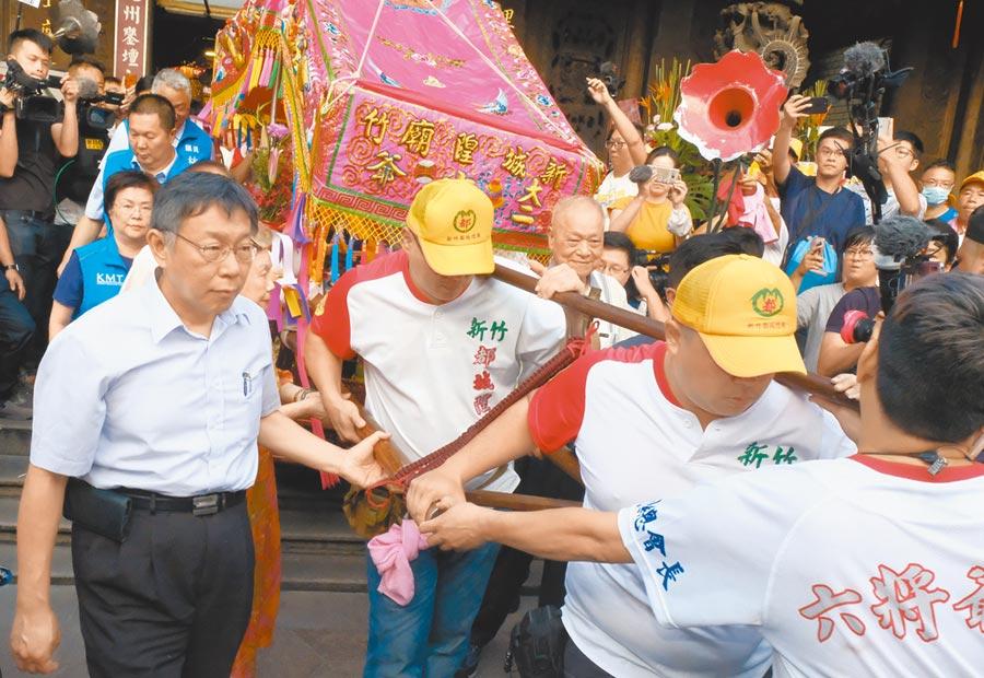 台北市長柯文哲(左)回新竹都城隍廟參加城隍二公子暗夜巡視,全程拒訪。(羅浚濱攝)