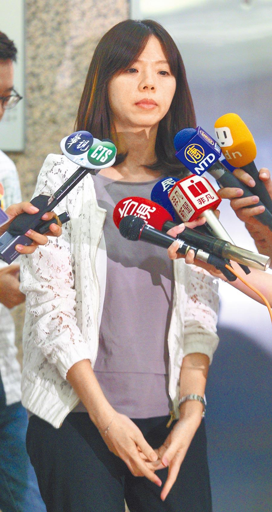 時力立委洪慈庸13日宣布退黨,她在受訪過程中一度哽咽,退黨後將以無黨籍的身分投入立委選戰。(張鎧乙攝)