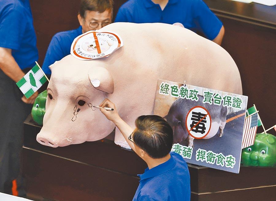 TIFA會議輪流在台北、華府舉行,美豬、美牛開放進口是美方主要訴求。圖為立法院國民黨立委反對瘦肉精美豬檔案照。(本報資料照片)