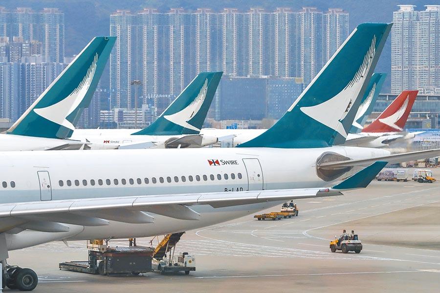 受到香港動盪影響,國泰航空股價,累計19個交易日跌幅達24%,市值蒸發460億台幣。(美聯社)