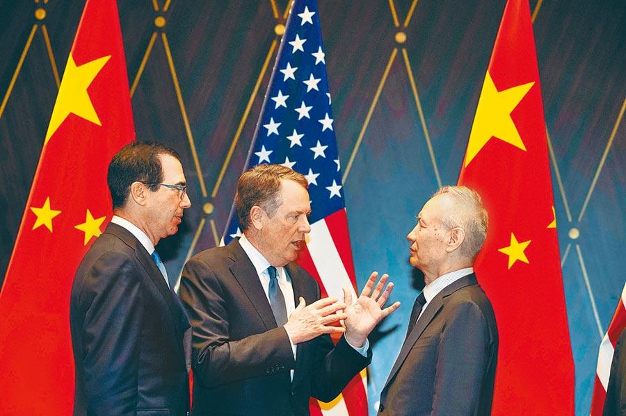 美國貿易代表署(USTR)宣布延後對大陸部分商品加徵10%關稅。消息一出令華爾街大為振奮,三大指數漲幅都超過1.6%,道瓊開盤一度大漲500點。圖為貿易戰雙方談判代表美國財長穆努欽、美國貿易代表萊海澤與大陸首席談判代表劉鶴(由左至右)7月31日在上海恢復貿易談判。陸媒報導13日晚間3人通話,就加徵關稅問題進行嚴正交涉。(法新社)