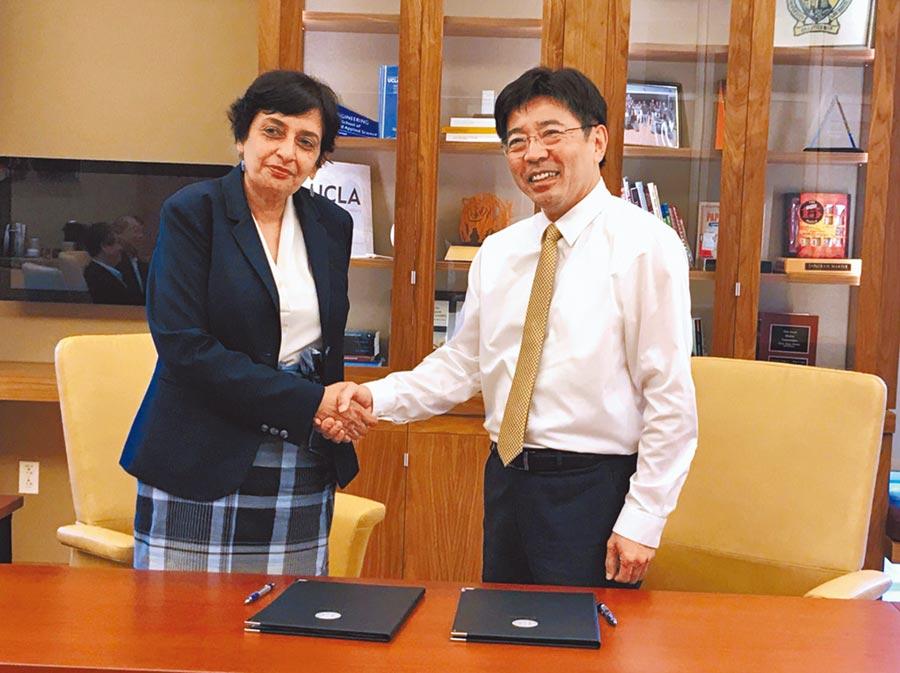 工研院與UCLA啟動「接橋計畫」,由院長劉文雄(右)與加州大學洛杉磯分校工學院院長Jayathi Murthy(左)共同簽署合作備忘錄。(工研院提供)