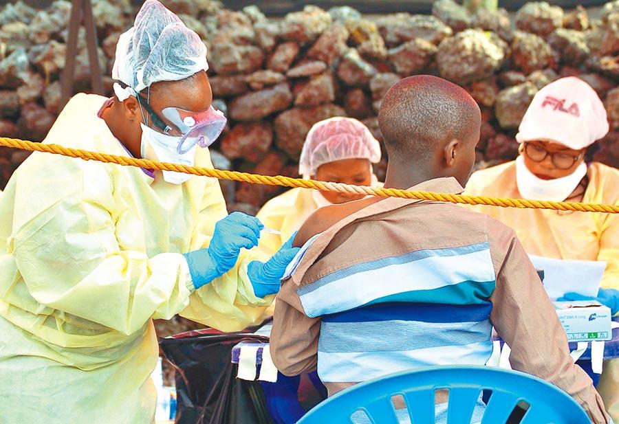 專家近日研發出兩種能讓伊波拉患者存活率達到8成與9成的新藥,對伊波拉肆虐的中非剛果民主共和國不啻是一大福音。(法新社)