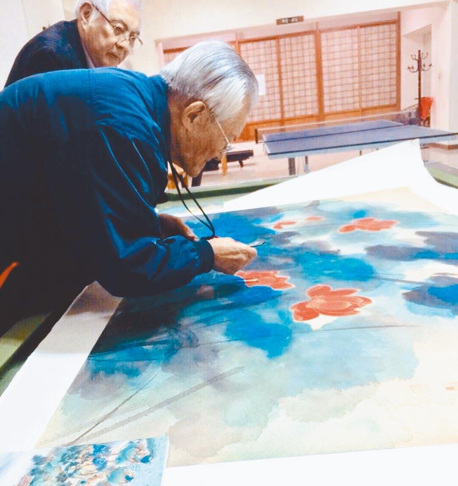 許博允(後)與傅申經常就張大千等人的畫作進行鑑賞討論。(許博允提供)