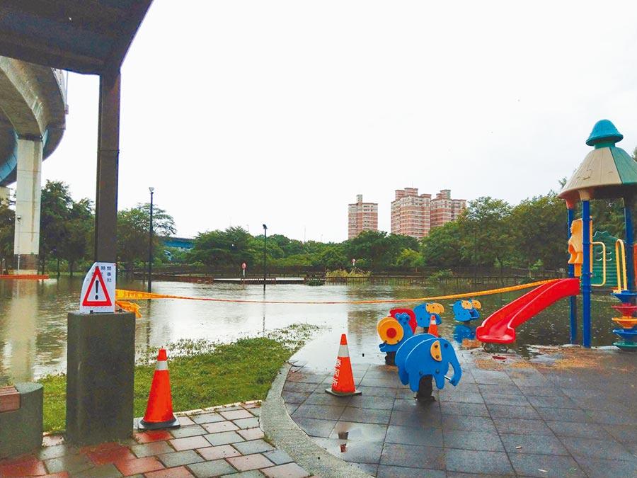 彰化市景觀公園淹成汪洋大湖,市公所緊急拉起封鎖線,以免發生危險。(吳敏菁翻攝)