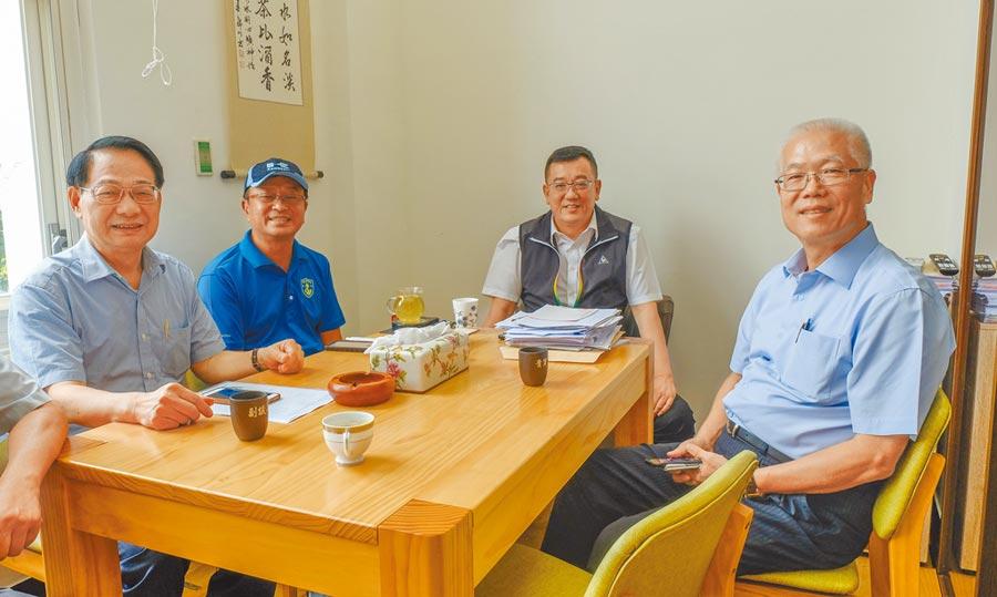 謝文進、議長許修睿、副議長余邦彥及市黨部主委呂學樟(右至左),對韓國瑜在竹市的行程展開協商討論。(羅浚濱攝)