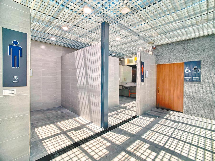 台鐵新竹站公廁翻修,打造無障礙設施友善如廁空間。(台鐵提供)