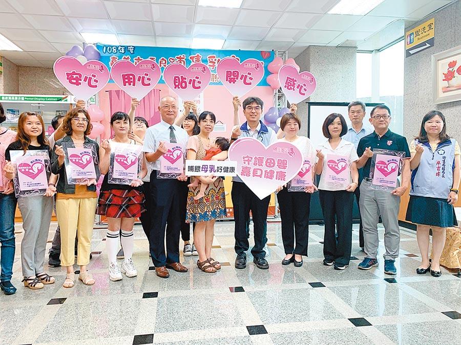 嘉義市衛生局13日頒發認證標章給通過認證的單位代表,肯定他們對哺乳媽媽的支持。(呂妍庭攝)