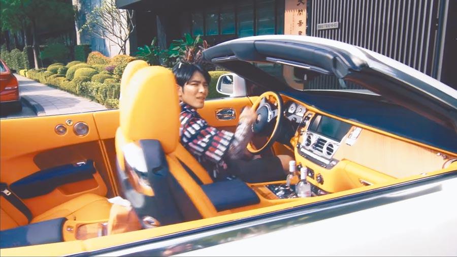 蕭敬騰私下收藏勞斯萊斯、保時捷等名車,愛車曾在金曲獎的前導影片中曝光。(取材自YouTube)