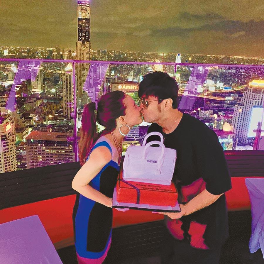周杰倫(右)慶祝老婆昆凌26歲生日,在曼谷空中酒吧送上名牌包造型蛋糕。(取材自IG)