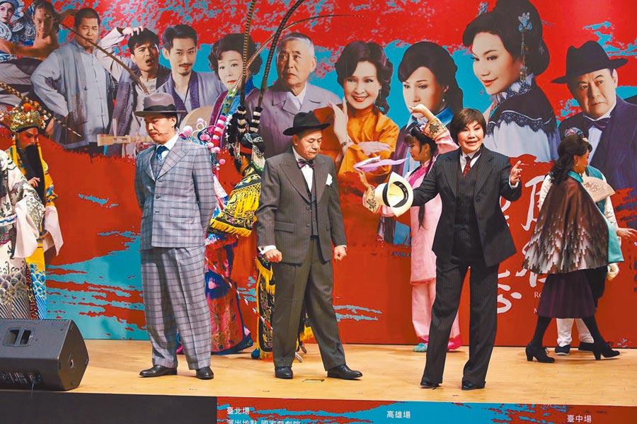 唐美雲(右)昨和蔡振南穿戲服演出《月夜情愁》片段。