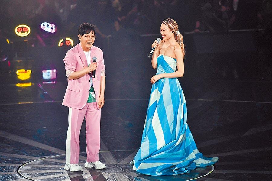 張信哲(左)、容祖兒在台上默契合唱。