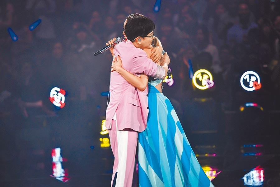 張信哲(左)12日赴香港看好友容祖兒演唱會,突然被邀上台,熱情擁抱。
