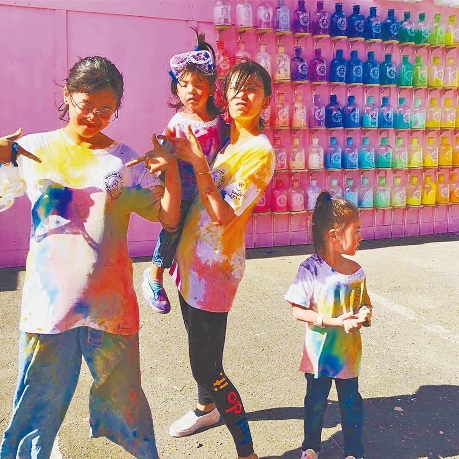 賈靜雯(右二)這暑假花了許多時間陪伴3個女兒。(取材自IG)