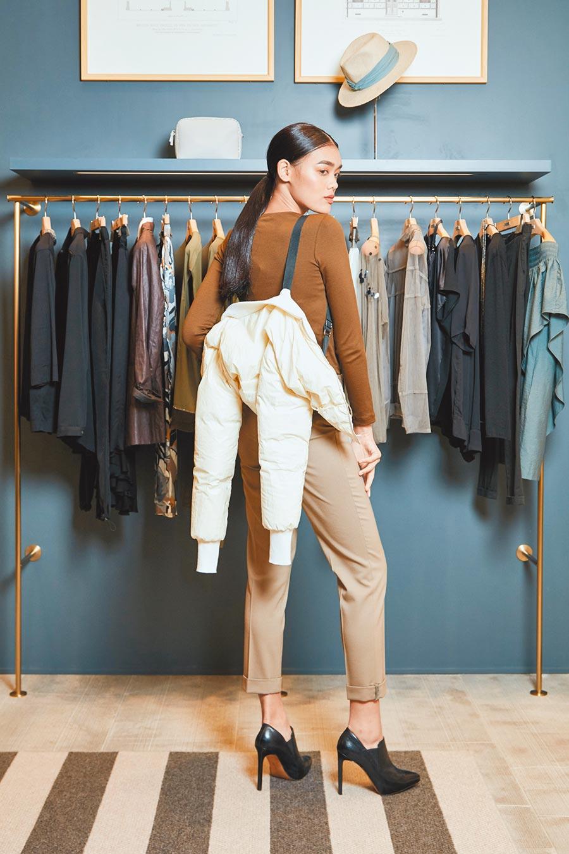 可背著走的短外套不只實穿也攜帶方便。Fabiana Filippi短版羽絨夾克4萬8700元,拼接紗飾棉質上衣1萬7300元,毛料鑽飾長褲2萬3400元。(Fabiana Filippi提供)