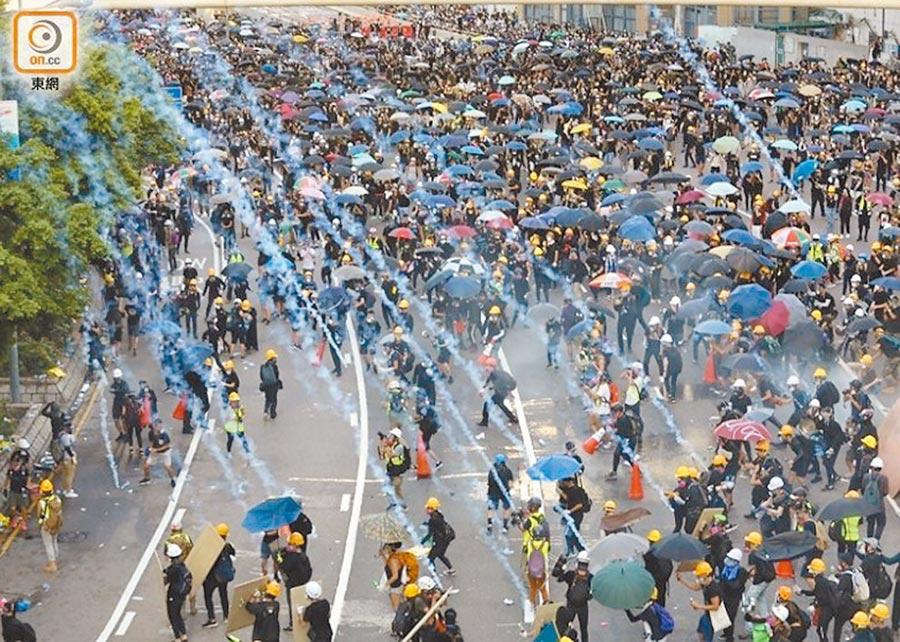 香港警方對示威者施放催淚彈。(取自東網)