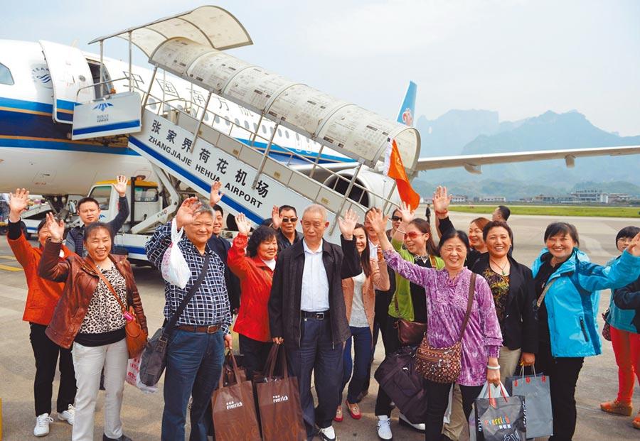 中國南方航空規畫縮減直航台北班機。圖為2013年4月15日,張家界直航台北開通,台灣遊客飛抵張家界。(新華社)