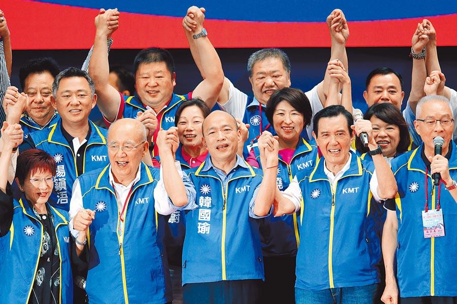 國民黨7月28日舉行全代會,通過提名高雄市長韓國瑜(前排中)角逐2020總統大位,韓與黨主席吳敦義(前排右1)、馬英九(右2)、洪秀柱(左1)等呼口號,營造大團結氣勢。(本報系資料照片)