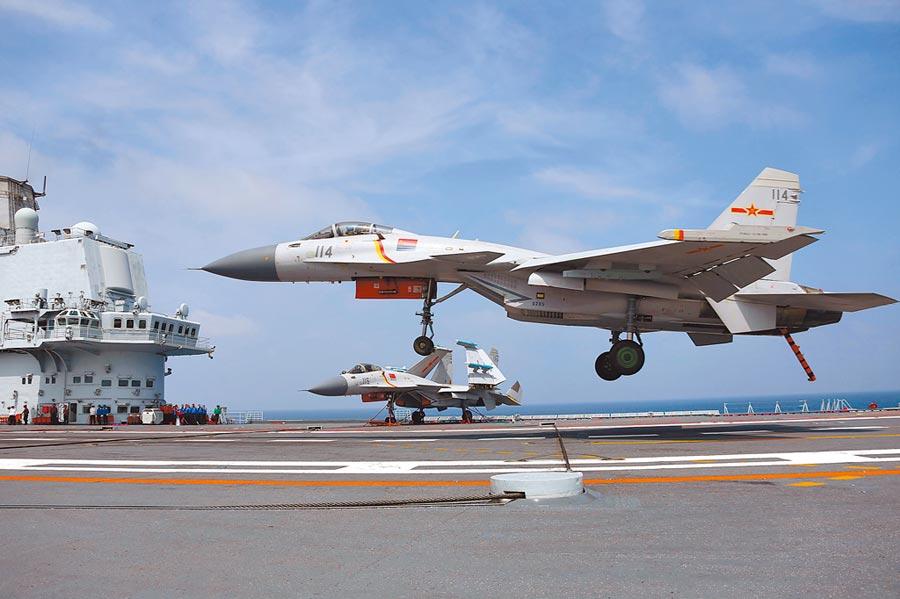 大陸殲-15艦載機在遼寧艦即將阻攔著艦。(中新社資料照片)