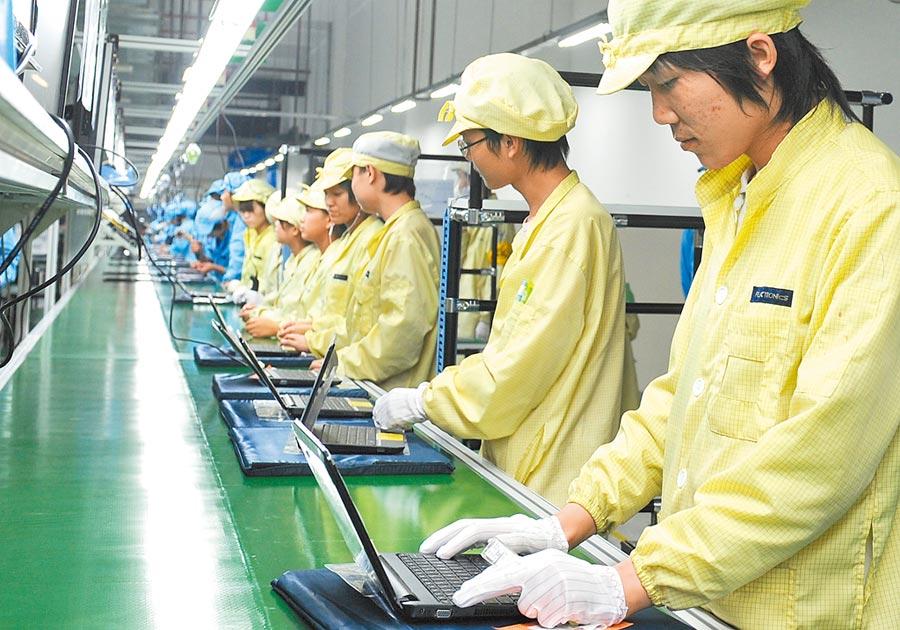 2010年10月14日,偉創力蘇州吳中生產基地落成投產 ,工人在筆電流水線上操作。(新華社)