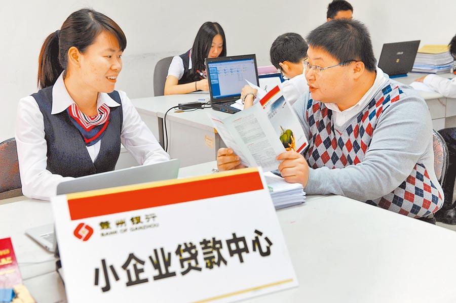 民眾向工作人員諮詢小微企業貸款業務。(新華社資料照片)