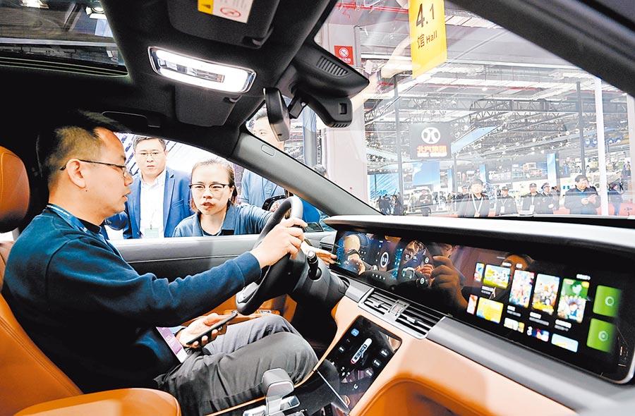一名參觀者在上海車展上體驗電動車。(新華社資料照片)