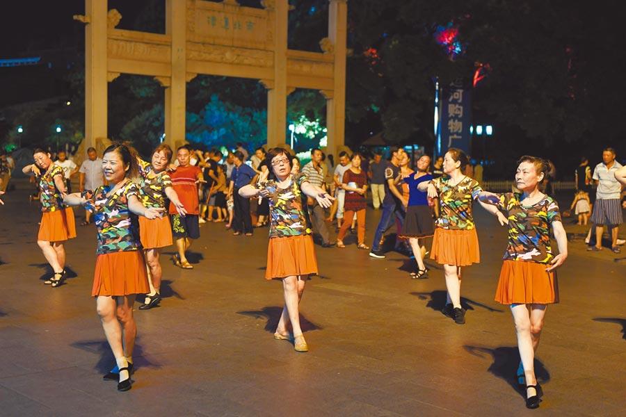 市民在杭州運河文化廣場跳廣場舞。(新華社資料照片)