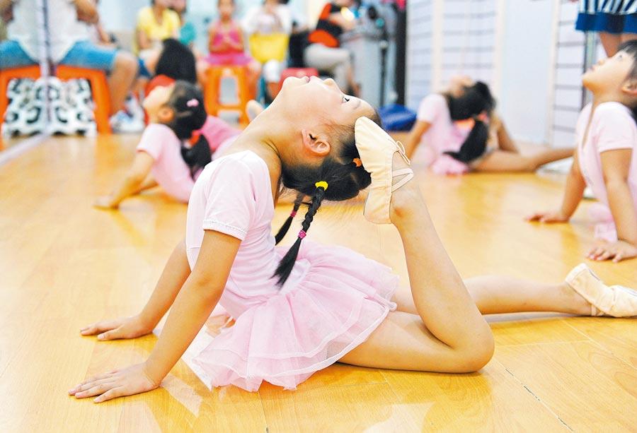 上海市寶山區暑假舞蹈培訓班,孩子在練習舞蹈基本功。(新華社資料照片)