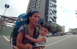 日媽搞丟背包 抱小孩求助警察