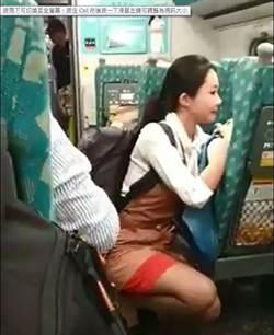 高鐵暖心女服務員雙膝跪地 溫柔安撫哭泣乘客