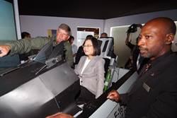 蔡英文参访国际航太暨国防工业展 体验F16模拟驾驶
