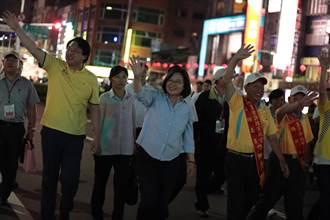 總統徒步遊行 基隆望海巷放水燈