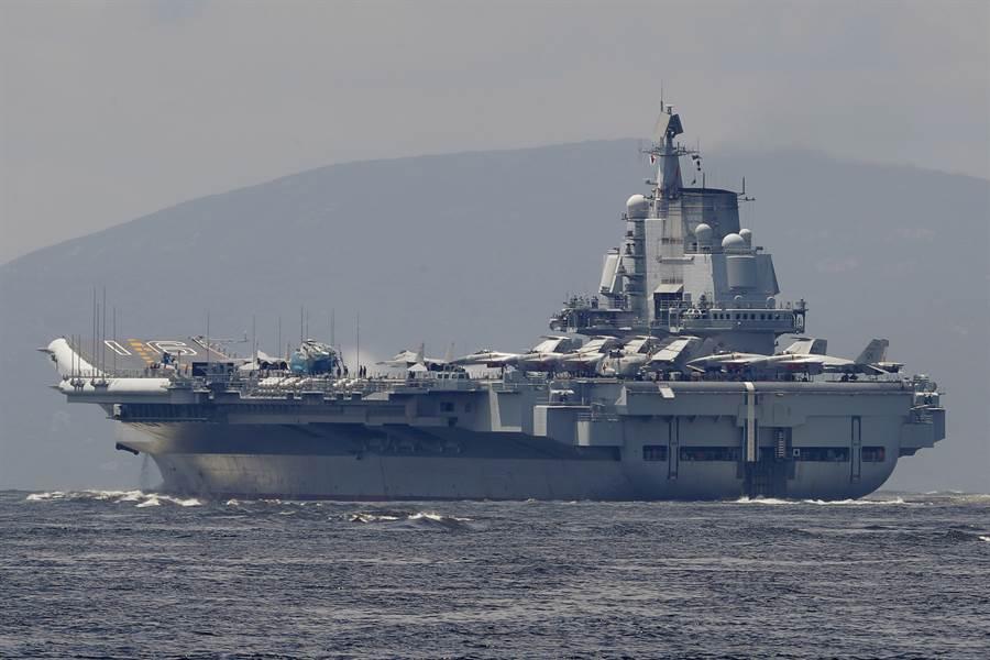 大陸遼寧號航母據稱最多可搭載24架艦載戰機,是一個飛行團編制。(圖/美聯社)