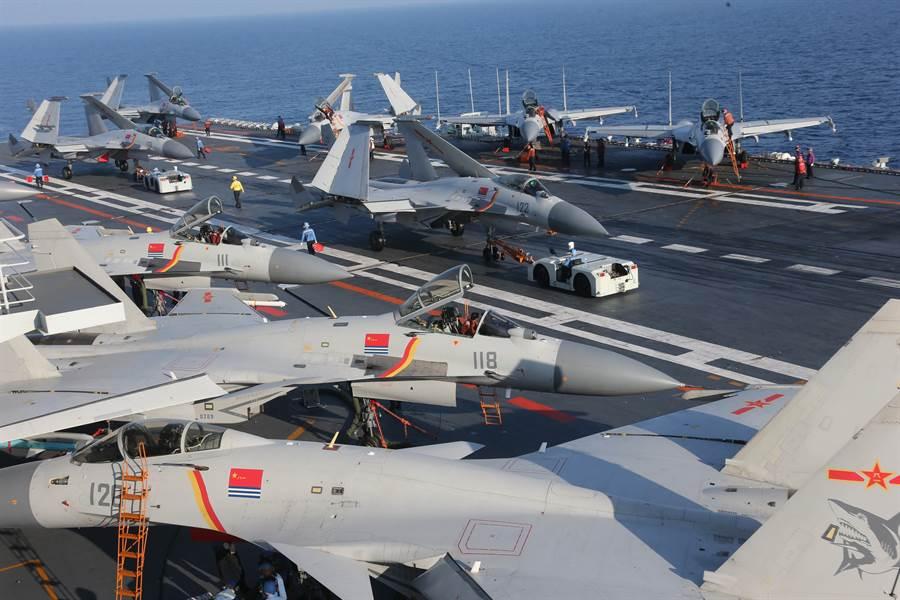 大陸遼寧號艦載戰機僅24架,仿遼寧號的首艘國產航母經過修改,機庫增大不少,可以搭載多達36架殲-15戰機。(圖/新華社)