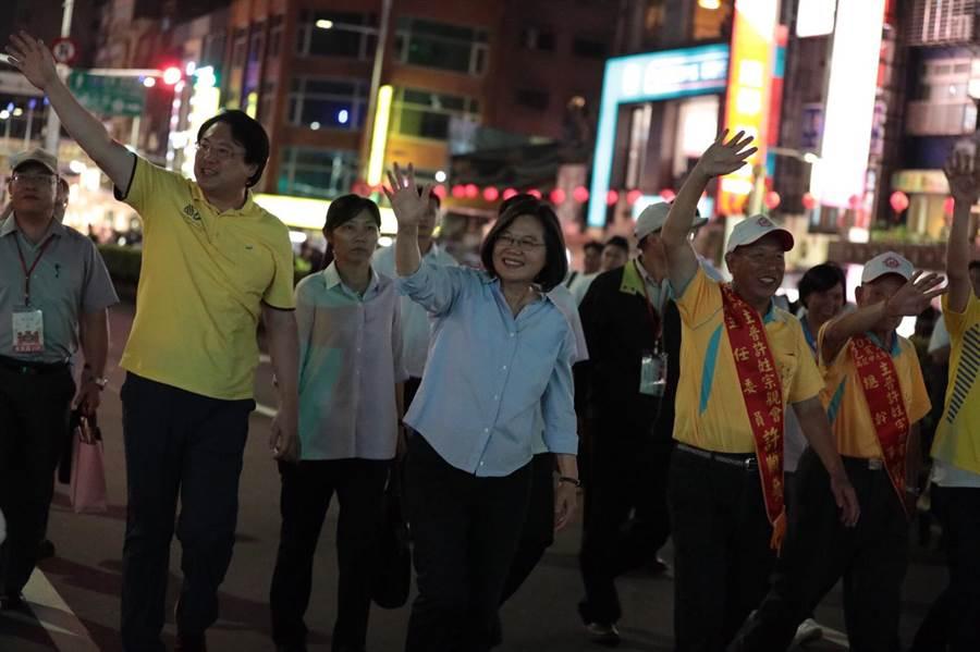 蔡英文總統參加基隆中元祭放水燈徒步遊行。(基隆市政府提供)