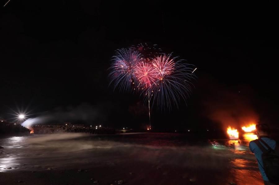 放水燈頭儀式,深夜在八斗子望海巷海邊登場,伴隨著煙火。(基隆市政府提供)