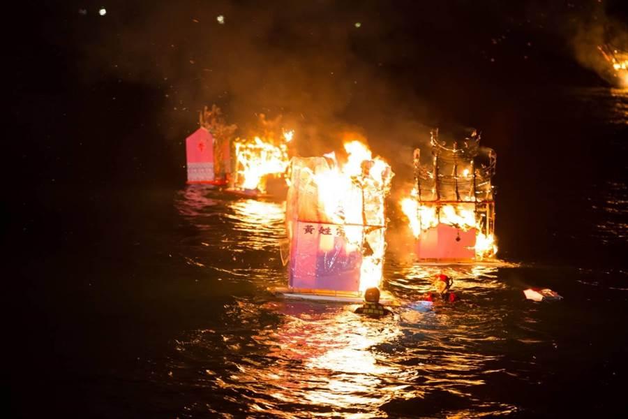 放水燈頭儀式,深夜在八斗子望海巷海邊登場。(基隆市政府提供)