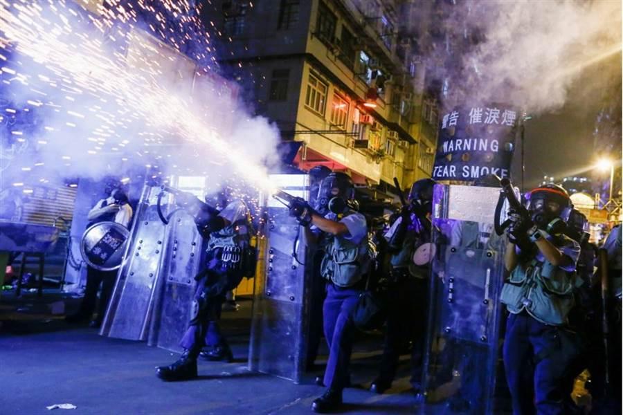 警方對抗議民眾動用催淚瓦斯。(路透)