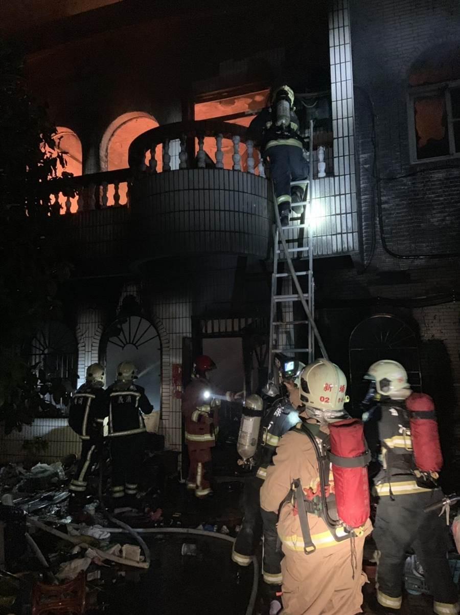 竹北市東海三街透天厝火警,消防人員搶救。(羅浚濱翻攝)