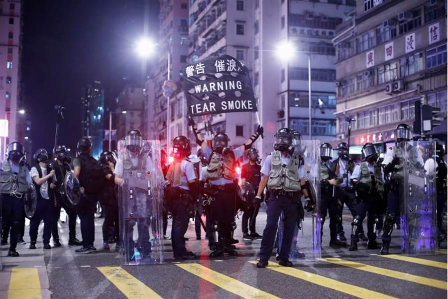 由於抗議活動不斷,香港警方14日動用催淚瓦斯。(路透)