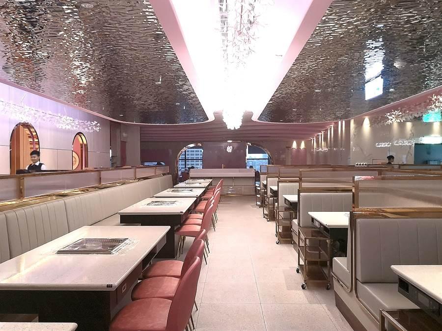 位在信義區ATT 4 FUN 的〈美滋鍋〉台北旗艦店,占地270坪、設有360個客席座位,用餐空間寬敞。(圖/姚舜)