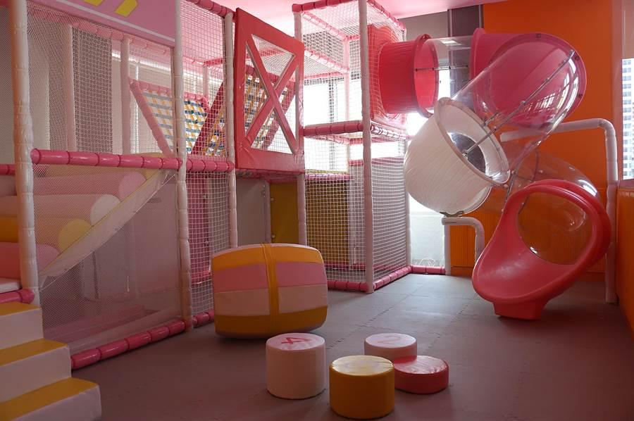 來自新加坡的〈美滋鍋〉台北旗艦店,店內設有兒童遊戲區,家長可透過每桌的i-PAD看到小朋友的動態。(圖/姚舜)