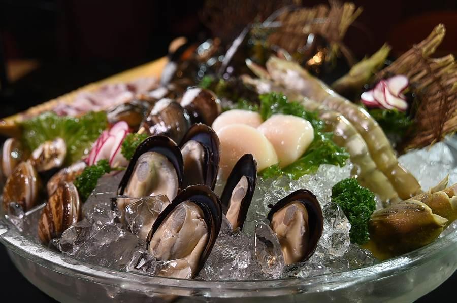 〈美滋鍋〉的〈綜合海鮮盤〉內食材有波士頓龍蝦、澎湖小卷、東港蛤蜊、馬祖淡菜,以及肥豬蝦,非常澎湃。(圖/姚舜)